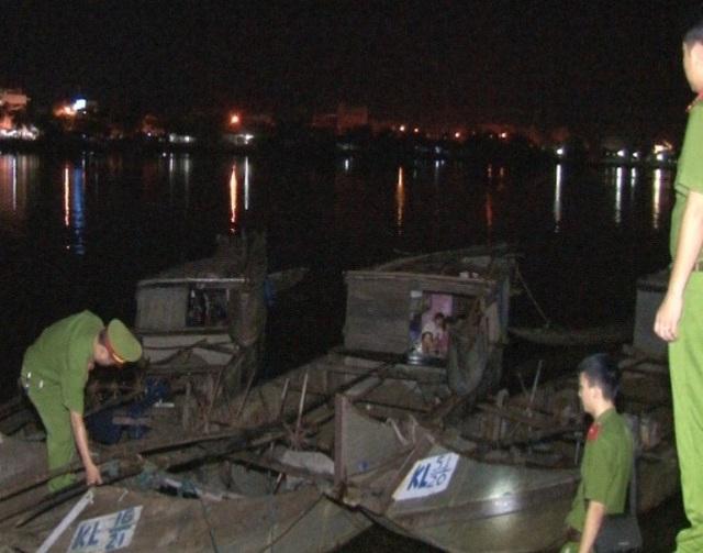 Lực lượng Cảnh sát môi trường Công an TP Huế bắt giữ các thuyền khai thác cát