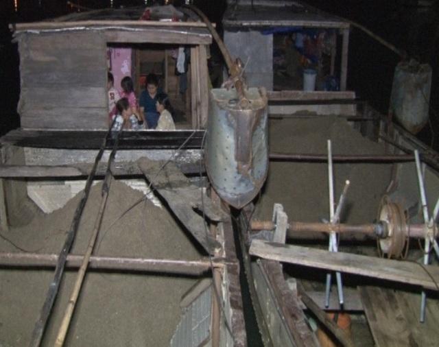 Cát được hút lên từ lòng sông Hương vào ban đêm để qua mặt lực lượng chức năng