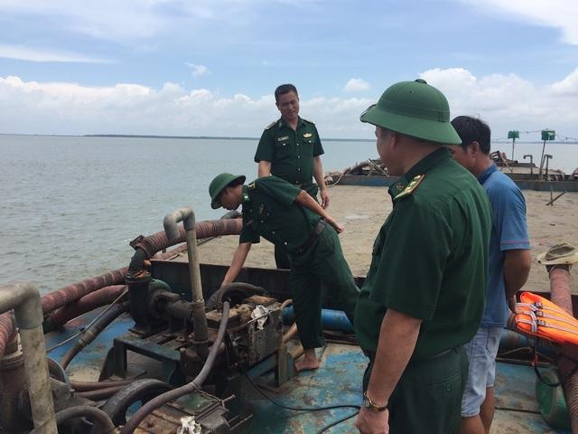 Lực lượng chức năng kiểm tra các tàu có dấu hiệu khai thác cát lậu