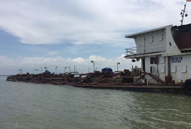 Những vòi bạc tuộc trên tàu cắm xuống lòng sông để hút cát
