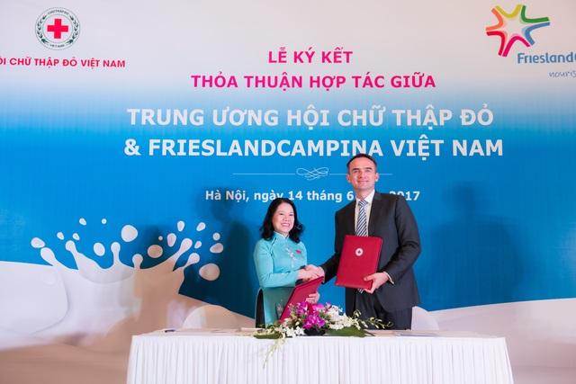 Bắt tay hợp tác giữa Chủ tịch Hội chữ thập đỏ VN và Tổng giám đốc Frieslandcampina VN