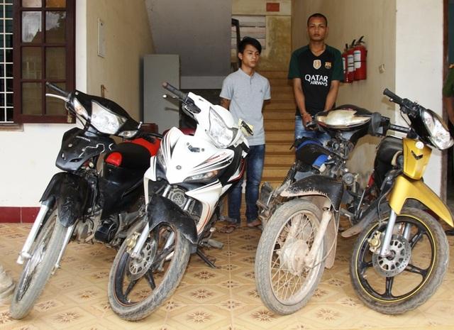 Các đối tượng trộm xe máy và tang vật bị cơ quan chức năng thu giữ