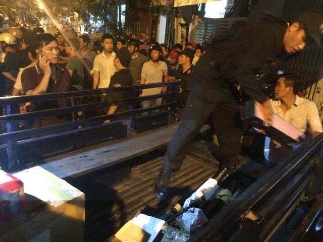 Công an Khánh Hòa đưa hàng trăm hung khí nóng lên xe để điều tra - Ảnh: A.T.