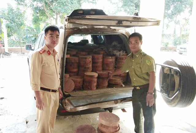 Hơn 500 chiếc thớt gỗ nghiến được lực lượng chức năng thu giữ.
