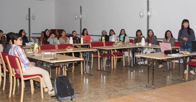 Các cử tri người gốc Việt tham gia buổi vận động tranh cử tại Bochum (Ảnh: Hạnh Chi)