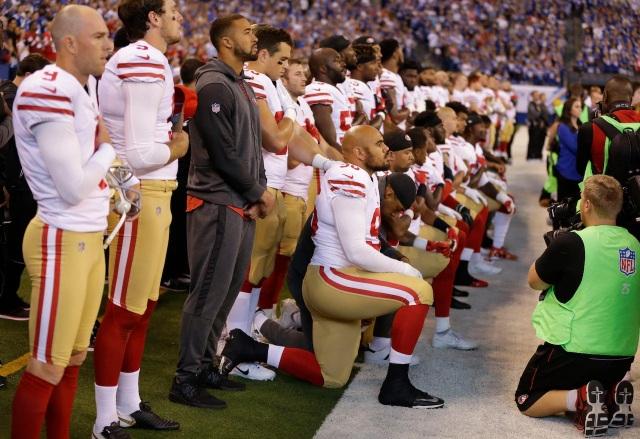 Các cầu thủ của đội San Francisco 49ers đã quỳ gối khi hát quốc ca trên sân vận động (Ảnh: AP)