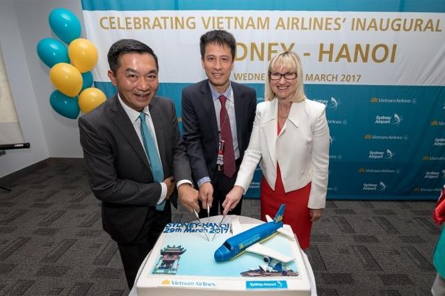 Đại diện Vietnam Airlines và sân bay Sydney thực hiện nghi thức khai trương tại sân bay Sydney ngày 29/3