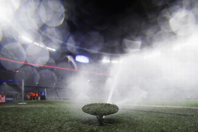Hệ thống phun nước hiện đại nằm dưới mặt cỏ hoạt động trước giờ bóng lăn