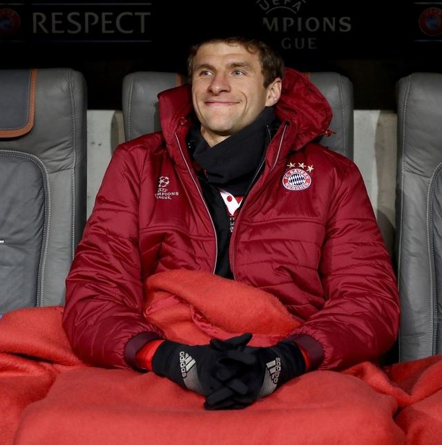 Tiền đạo Muller mỉm cười trên băng ghế dự bị