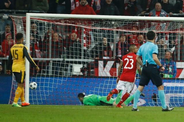 Phút 11, lưới của Ospina rung lên sau pha dứt điểm của Robben