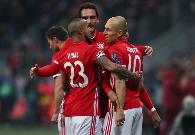 Các cầu thủ Bayern Munich ăn mừng sau bàn mở tỉ số