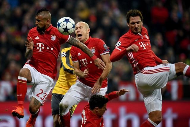 Một tình huống phòng thủ số đông của các cầu thủ Bayern Munich, các tiền đạo cũng thường xuyên lui về phòng ngự khi đối phương tấn công
