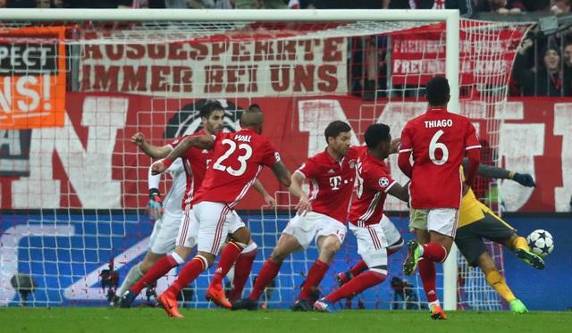 Tất cả các cầu thủ Bayern Munich nhao về phía Sanchez khi tiền đạo người Chile nhận lại bóng sau khi Neuer cản cú sút 11m