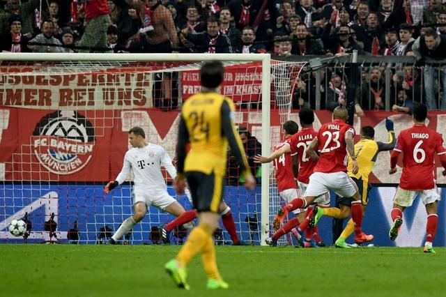 Pha dứt điểm chéo góc của Sanchez đi qua loạt chân và khiến Neuer chỉ còn biết đứng nhìn
