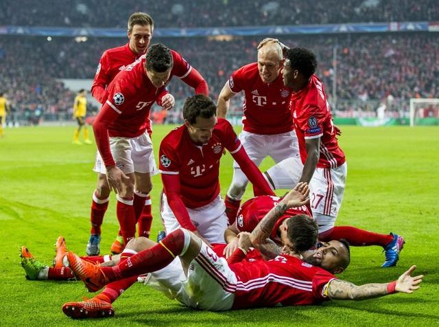 Các cầu thủ Bayern Munich ăn mừng bàn thứ tư, họ ghi ba bàn chỉ trong 10 phút