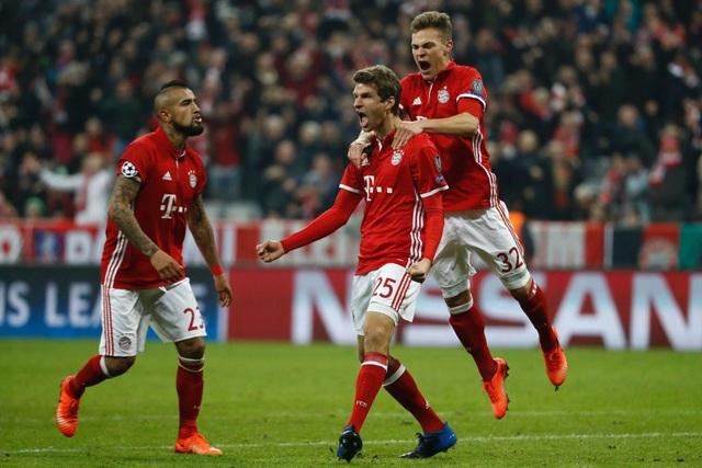 Muller (giữa) đầy phần khích sau bàn thắng thứ năm của đội chủ nhà