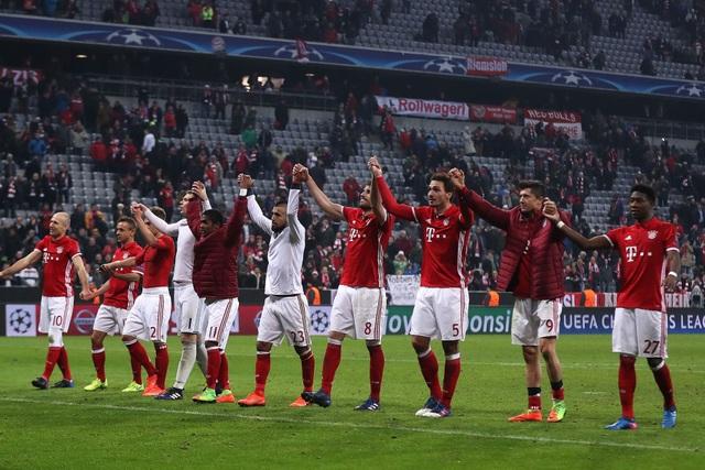 Các cầu thủ Bayern Munich cảm ơn khán giả sau khi kết thúc trận lượt đi ở vòng 1/8 Champions League