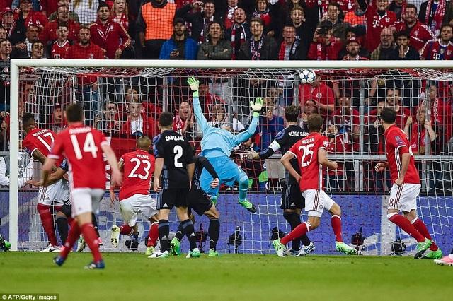 Vidal giúp Bayern Munich có được bàn thắng dẫn trước