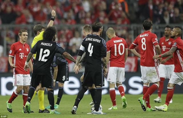 Điểm nhấn của trận đấu là tình huống Javi Martinez nhận thẻ đỏ ở phút 61