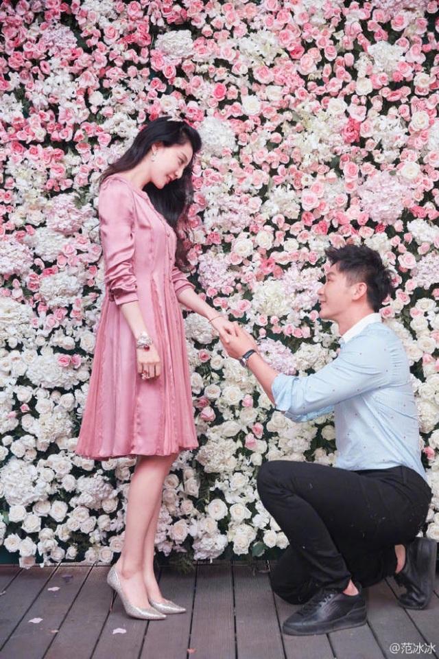 Ngày 16/9 vừa rồi, vào đúng sinh nhật lần thứ 36 của nữ diễn viên xinh đẹp Phạm Băng Băng, bạn trai của cô - nam diễn viên Lý Thần đã ngỏ lời cầu hôn và được cô chấp thuận. Lý Thần đã đứng ra tổ chức bữa tiệc sinh nhật toàn màu hồng, màu yêu thích của Phạm Băng Băng, rồi bất ngờ cầu hôn cô bằng một chiếc nhẫn kim cương tuyệt đẹp. Phạm Băng Băng đã không cầm được nước mắt trong ngày đặc biệt này.
