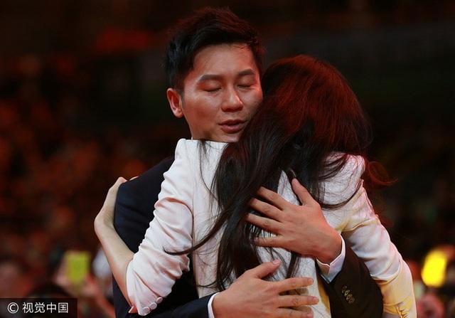 Lý Thần ôm và chúc mừng Phạm Băng Băng sau khi cô giành giải thưởng lớn.