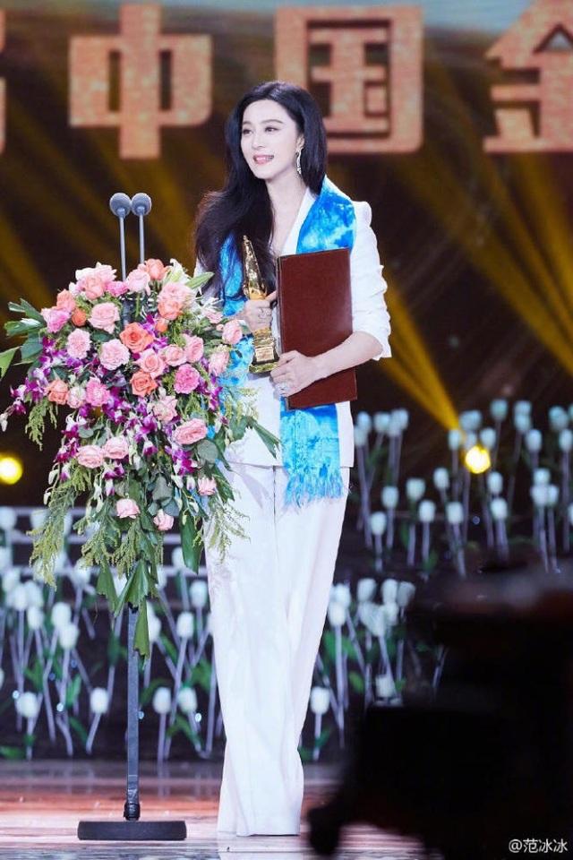 Cũng vào ngày 16/9, đúng dịp sinh nhật lần thứ 36, Phạm Băng Băng cũng vinh dự nhận được giải thưởng Nữ diễn viên chính xuất sắc tại lễ trao giải Golden Rooster năm 2017.