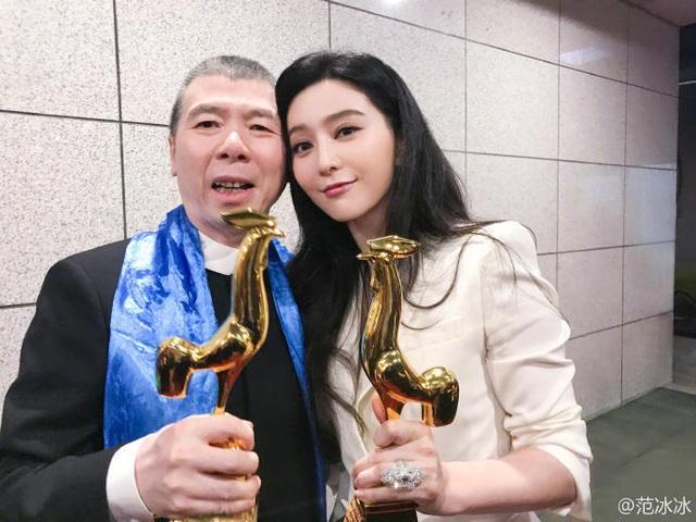 Phạm Băng Băng và đạo diễn Phùng Tiểu Cương cùng khoe giải thưởng dành cho bộ phim I am not Pan Jinlian. Sau 12 năm kể từ bộ phim Phone, Phạm Băng Băng lại có cơ hội hợp tác với một trong những đạo diễn tài năng nhất điện ảnh Hoa ngữ. Đứng trên sân khấu, cô không quên gửi lời cảm ơn đạo diễn họ Phùng.