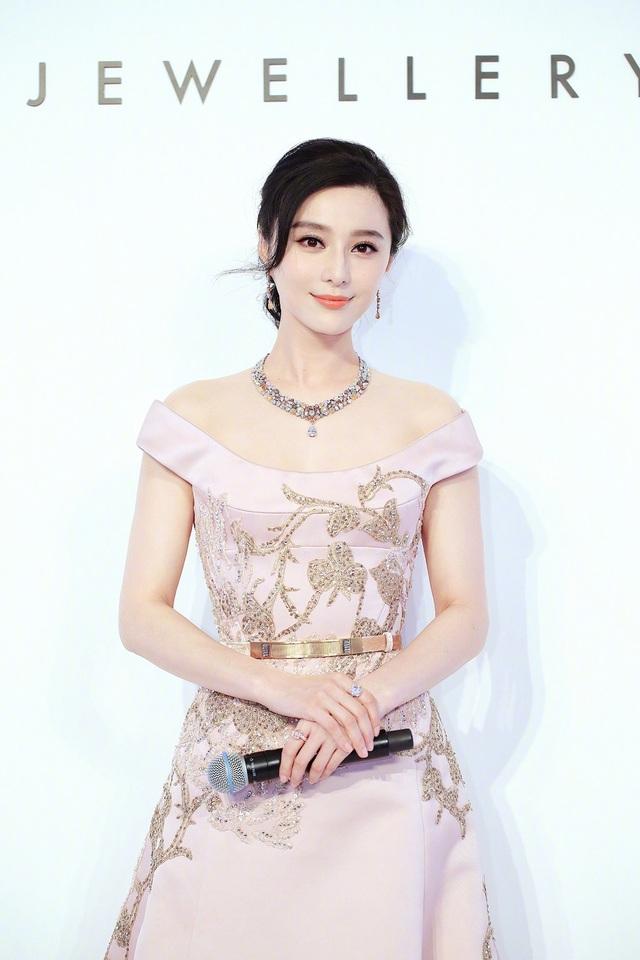 Ngoài ra, ngôi sao nổi tiếng của Trung Quốc còn nói không với những đồ uống có chất kích thích để đảm bảo làn da luôn trẻ trung, đầy sức sống.