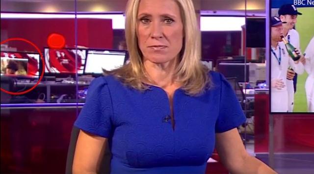 Cảnh nóng (khoanh đỏ) vô tình xuất hiện trong bản tin thời sự của đài BBC (Ảnh: Youtube)