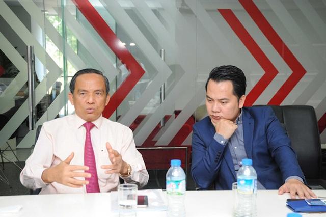 Ông Lê Hoàng Châu, Chủ tịch Hiệp hội bất động sản TPHCM (trái) cùng chuyên gia bất động sản độc lập Phan Công Chánh (phải) tư vấn để đầu tư đất nền tránh sập bẫy cò