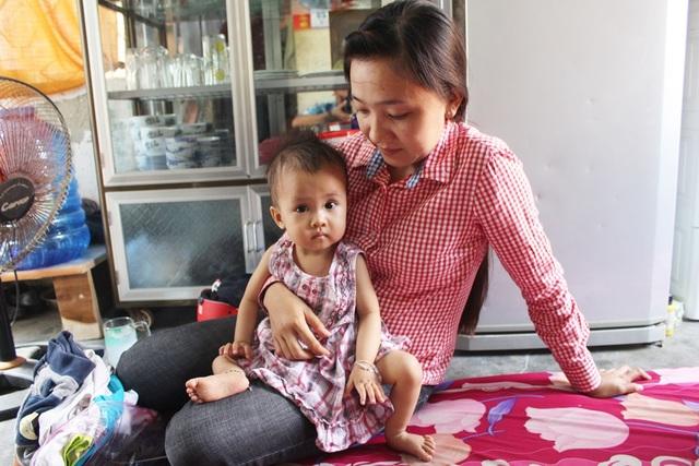 Người mẹ trẻ lo lắng cho tương lai của con khi sau nhiều lần đi khám nhưng chưa đủ điều kiện mổ tim cho bé