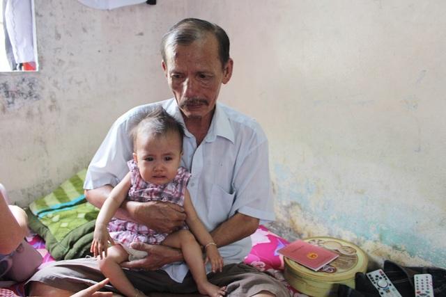 Ông nội của bé Vy bị tai biến mười mấy năm nay nên chẳng làm được gì nhiều, chỉ ở nhà trông nom con cháu