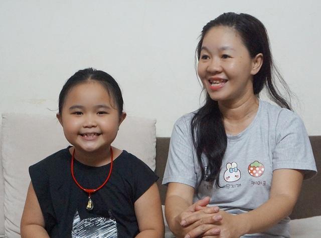 """Tiếp chúng tôi tại nhà, chị Ngọc Nga - mẹ bé Kim Thư còn tiết lộ khá nhiều """"bí mật"""" xung quanh các vai diễn của bé và cơ duyên ngộ nghĩnh đưa bé đến với hoạt động nghệ thuật."""
