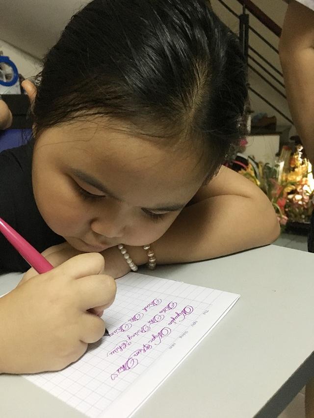 Kim Thư thể hiện khả năng viết chữ rất đẹp của mình