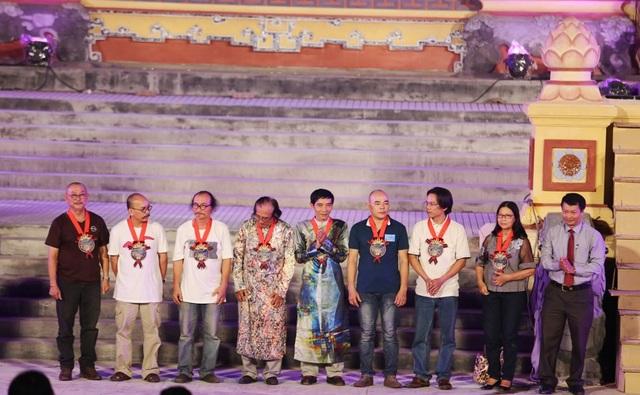 Ban tổ chức cũng đã tặng quà lưu niệm đến các họa sĩ, gia đình các cố họa sĩ đã có những tác phẩm hội họa biểu diễn ở Lễ hội áo dài