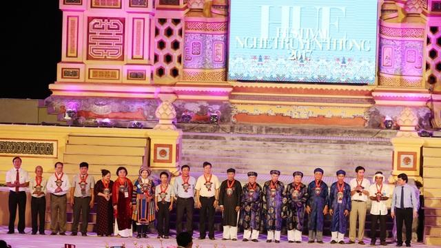 Tặng quà lưu niệm cho những nghệ nhân ưu tú các làng nghề truyền thống