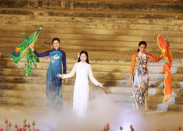 Hoa hậu Ngọc Hân (trái) thích thú với cánh diều Huế