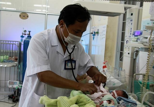 Bé đang được các bác sĩ Bệnh viện Đa khoa tỉnh Đắk Lắk chăm sóc đặc biệt