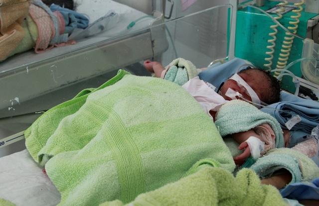 Bé gái sơ sinh được phát hiện trước cửa nhà dân