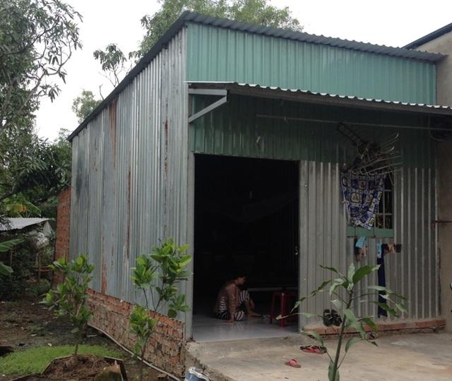 Để chữa bệnh cho con, anh Chí phải bán đi căn nhà nhỏ mà cha mẹ cho, cất tạm căn chòi ở cạnh nhà cũ để ở