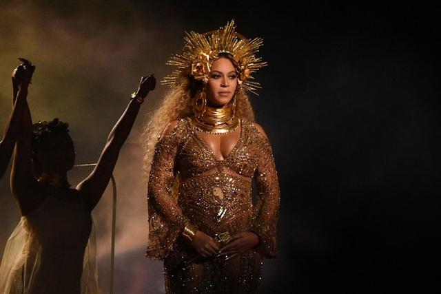 Beyonce - bầu bí vẫn trình diễn bốc lửa tại lễ trao giải Grammy 2017.