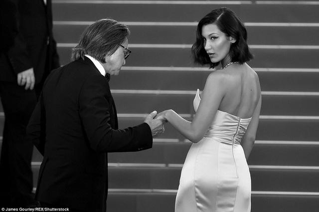 """Siêu mẫu 9X """"hớ hênh"""" trên thảm đỏ Cannes 2017 - 13"""