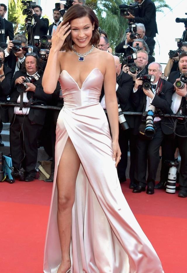 """Siêu mẫu 9X """"hớ hênh"""" trên thảm đỏ Cannes 2017 - 3"""