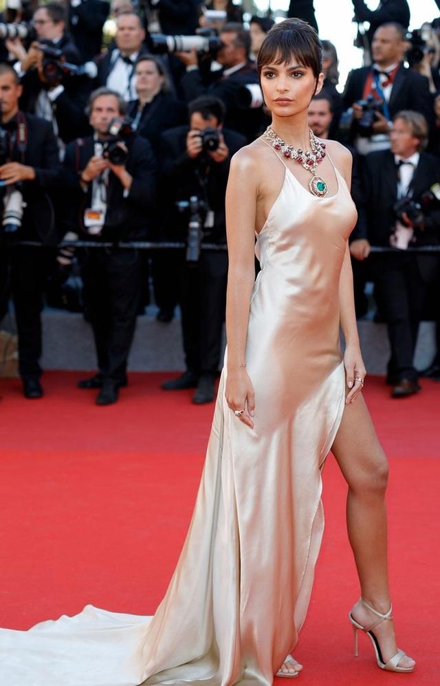 Siêu mẫu 9x - Emily Ratajkowski cũng đẹp như một nữ thần trên thảm đỏ với thần thái hoàn hảo.