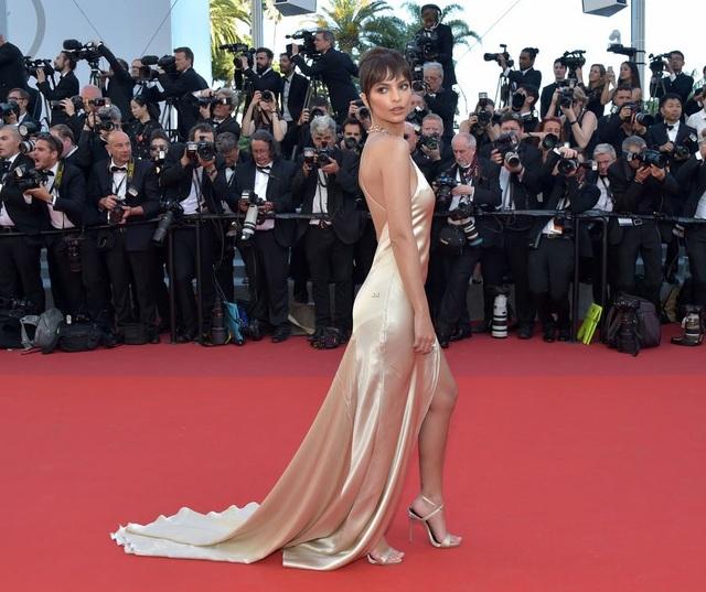"""Siêu mẫu 9X """"hớ hênh"""" trên thảm đỏ Cannes 2017 - 18"""