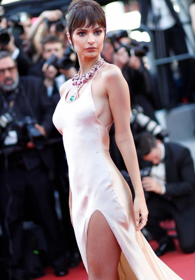 """Siêu mẫu 9X """"hớ hênh"""" trên thảm đỏ Cannes 2017 - 17"""