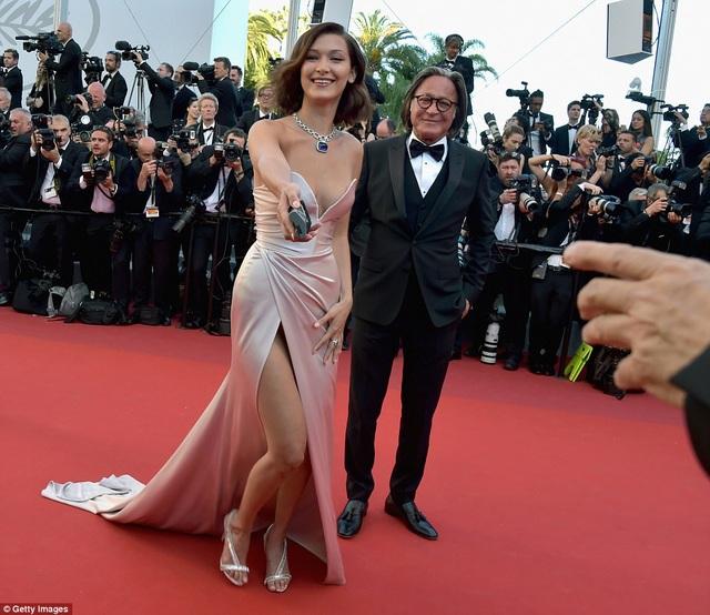"""Siêu mẫu 9X """"hớ hênh"""" trên thảm đỏ Cannes 2017 - 11"""