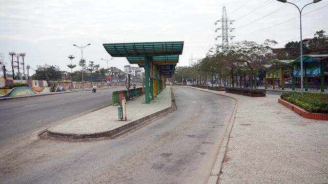 Một điểm chờ xe bus tại Long Biên vắng vẻ hành khách.