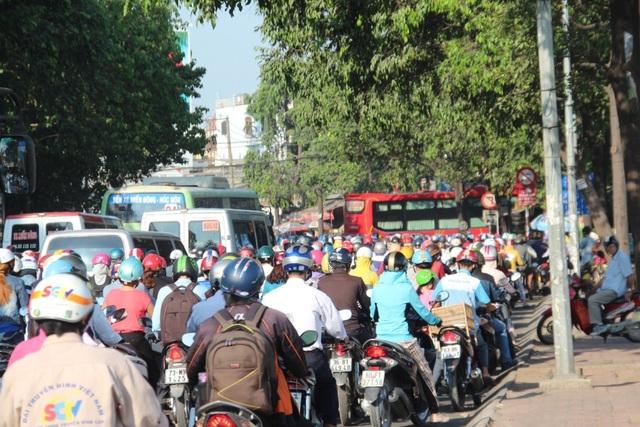 Hàng nghìn phương tiện chen chúc, phóng lên vỉa hè, di chuyển từng chút một trước khu vực bến xe miền Đông