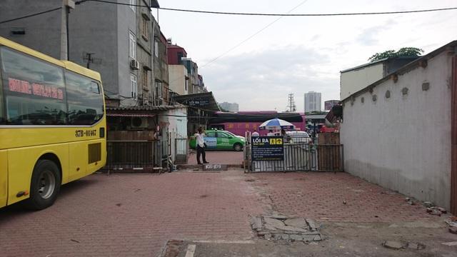 Một số căn hộ trong khu tập thể đã bị phá bỏ làm lối đi thông sang bãi xe bên cạnh của bến xe Nước Ngầm.